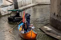 Benátské odpoledne na Čertovce, kdy gondoliéři vozili Pražany po Vltavě, proběhlo 15. května v Praze.