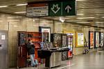 Prodejní stánky ve vestibulu stanice metra Skalka.