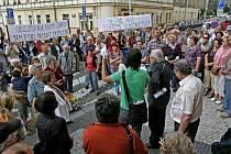 Několik desítek lídí protestovalo 9. června před radnicí Prahy 3 proti způsobu privatizace bytů.