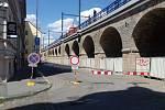 Úpravy okolí Negrelliho viaduktu v ulici Prvního Pluku.
