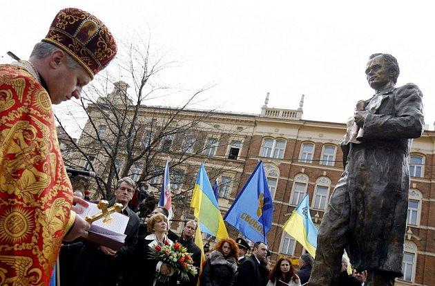 Slavnostní odhalení sochy Tarase Hryhoroviče Ševčenka, literáta a buditele, se zúčastnil i ukrajinský přezident s manželkou.