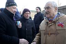 Politik Karel Schwarzenberg (vpravo), spisovatel Jáchym Topol (uprostřed) a mluvčí Charty 77 Martin Palouš (vlevo).