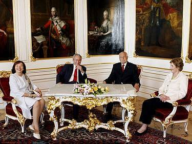 Prezident USA Bush se sešel na Pražském hradě s prezidentem Klausem i s manželkami.