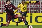 Bývalý obránce Petr Lukáš (na snímku se slavným Thierrym Henrym z Arsenalu) nastupoval za Spartu v roce 2005, kdy měla stejně nevydařený vstup do sezony jako teď.