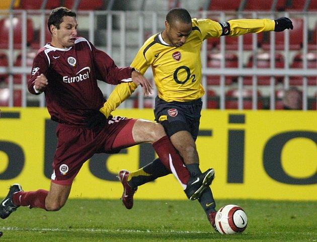 Bývalý obránce Petr Lukáš (na snímku se slavným Thierrym Henrym zArsenalu) nastupoval za Spartu vroce 2005, kdy měla stejně nevydařený vstup do sezony jako teď.