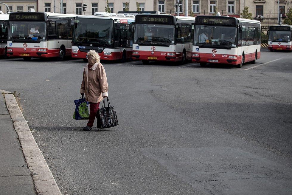 Autobusy městské hromadné dopravy Dopravního podniku značky SOR stojící na autobusovém nádraží Na Knížecí v Praze.