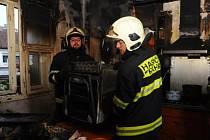 Díky zásahu hasičů se požár z kuchyně výrazněji nerozšířil – celý byt, ve kterém řádily plameny, ale výrazně poznamenal kouř.
