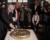 ČNB zahájila výstavu 100 let československé koruny v prostorách Císařské konírny Pražského hradu , potrvá až do 28. dubna. Hlavní atrakcí je unikátní vysokohmotnostní zlatá mince.