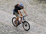 Cyklista jedoucí po náplavce na Rašínově nábřeží v Praze. Ilustrační foto.