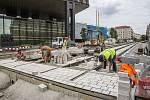 Dělníci dokončují tramvajové koleje vedle muzea, 21. 8. 2018