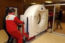 Instalace nového počítačového tomografu v Nemocnici Na Homolce v Praze.