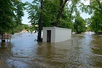Praha 1 kontroluje zaplavený Střelecký ostrov. Podle radnice městské části nebyl zničen tak, jak se očekávalo. Zřejmě ho bude možno veřejnosti otevřít od září. Revitalizace ostrova za 80 milionů korun přitom měla být hotova do konce června.