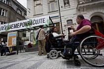 Happening občanského sdružení Asistence s názvem Kolaudace Lazarské se konal 30. června na stanici tramvaje Lazarská v centru Prahy v první pracovní den po otevření bezbariérové zastávky Lazarská.