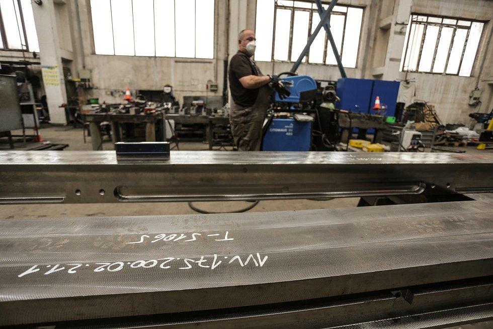 Leoš Tretera si připravuje svařovací agregát pro svařování bloku výhybky a kolejnice po dosažení potřebné teploty předehřevu.
