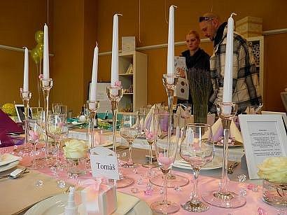 Podle majitelek svatebních salónů je fialová barva dlouhodobě nejvyhledávanější.
