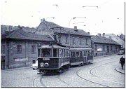 Křižovatka Partyzánské (dříve Palackého) ulice. Domky v popředí byly zbourány v roce 1979, vzadu jsou vidět dodnes stojící činžáky v ulici U Elektrárny (dříve Zelená).