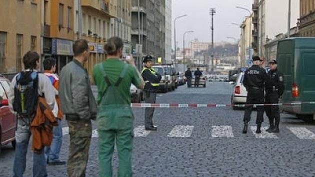 Výbušnina pod autem. Policejní pyrotechnik včera s pomocí robota likvidoval nastraženou výbušninu pod jedním z automobilů v ulici V Horkách. Zajištěnou výbušninu poté odvezli policisté z Nuslí k expertize.