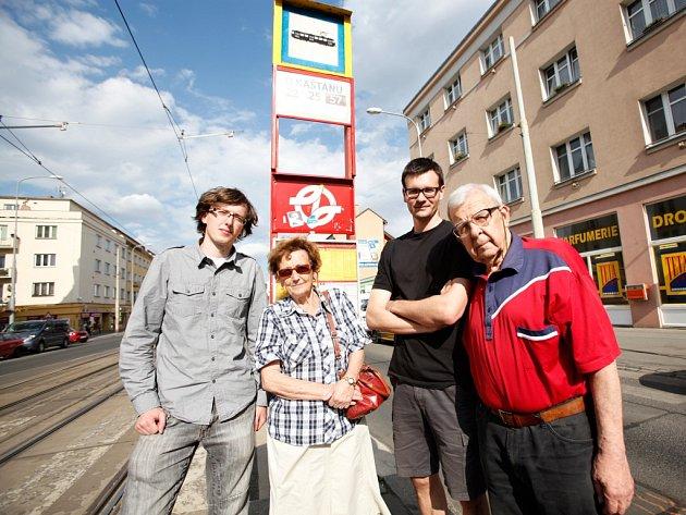Na tramvajové zastávce UKaštanu vpražském Břevnově.