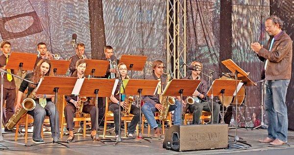 Čakovický J. J. Big Band pod taktovkou Jana Soukupa při vystoupení na Staroměstském náměstí vPraze vrámci festivalu základních uměleckých škol.