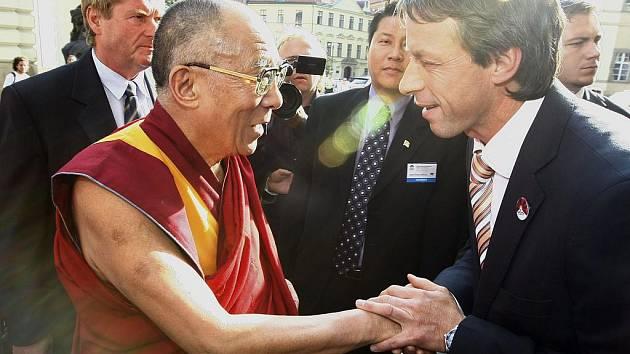 ČÍNĚ NAVZDORY. Dalajlama je v Praze častý host, nyní přicestoval na dva dny s přední ochránkyní práv ujgurské menšiny Rebíjou Kadírovou. Ve čtvrtek odpoledne se setkal s pražským primátorem Pavlem Bémem (ODS).
