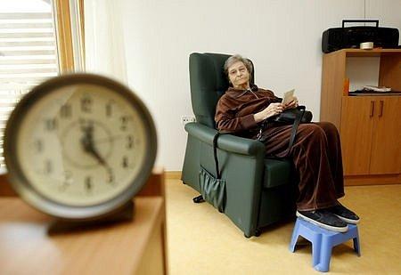 Starosti ředitelům domovů pro seniory nedělají jen ekonomické problémy. Je pro ně také čím dál těžší sehnat ke starým lidem pečovatele./Ilustrační foto