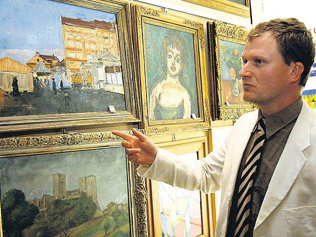 PŘEDMĚTY K DRAŽBĚ. Odborník Miroslav Zíka hrdě ukazuje umělecká díla,jež poputují do dnešní výroční dražby.