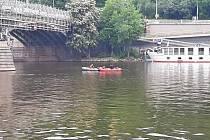 Potápěči pátrali muži, co skočil z Čechova mostu do Vltavy.
