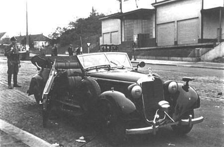 KRÁTCE PO ČINU. Ač se zastupujícího říšského protektora nepodařilo zabít na místě, Heydrich na následky atentátu zemřel za několik dní.