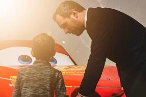 Pražský primátor Zdeněk Hřib (Piráti) převzal záštitu nad výstavou studia Pixar. Na slavnostní zahájení vzal i svého syna.