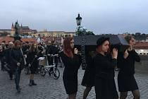 Smuteční průvod s rakví prošel od Malostranského ke Staroměstskému náměstí.