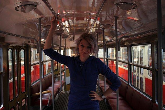 """'Vždycky jsem jako malá ze srandy říkala, že chci být tramvajačka nebo prezidentka,"""" popisuje dětské sny Karolína."""