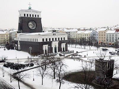KOSTEL PODLE NÁVRHU JOSIPA PLEČNIKA. Nepřehlédnutelná dominanta náměstí Jiřího z Poděbrad.