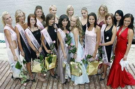 Na snímku patnáct dívek, které porota vybrala do finále