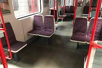 DPP začal otáčet sedačky v soupravách metra o 90 stupňů.