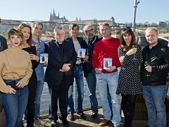 Pražský arcibiskup Dominik Duka požehnal v Praze DVD s filmem Anděl Páně 2.