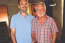 David Hanzlík, umělecký ředitel Malostranské besedy (vlevo) se svým otcem, známým hercem Jaromírem Hanzlíkem.