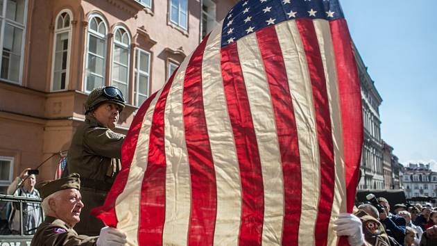 Historická vozidla, která tvoří Konvoj osvobození, se v pátek 29. dubna 2016 sjela před americkou ambasádu v Praze a poté se vydala na cestu po západních Čechách, které v roce 1945 osvobodila americká armáda.