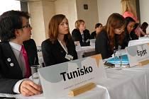 Plusové body u pohovoru s budoucím zaměstnavatelem mohou absolventi získat i za mimoškolní aktivity. Své o tom vědí i účastníci Pražského studentského summitu, v rámci kterého simulují jednání tří klíčových mezinárodních organizací OSN, NATO a EU.