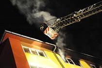 Půlmilionovou škodu napáchal v noci na středu požár řádící v nejvyšším šestém patře bytového domu, který hasiči likvidovali na pražském Žižkově.