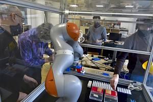 Robot CIIRC ČVUT pro testování vzorků