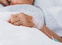 Seniorka v nemocnici. Ilustrační foto.