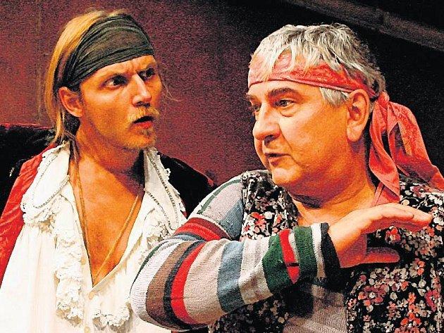 Hurá za oceán. Miroslav Donutil jako sluha Truffaldino a Jan Hájek v roli Florinda Aretusiho.