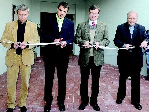 Přestřižení pásky u příležitosti slavnostního otevření Komunitního centra Kolárka v Kolíně.