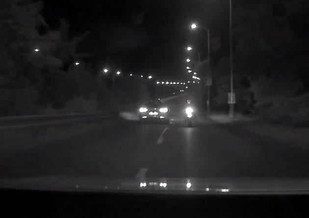 Motorkář ujížděl policistům.