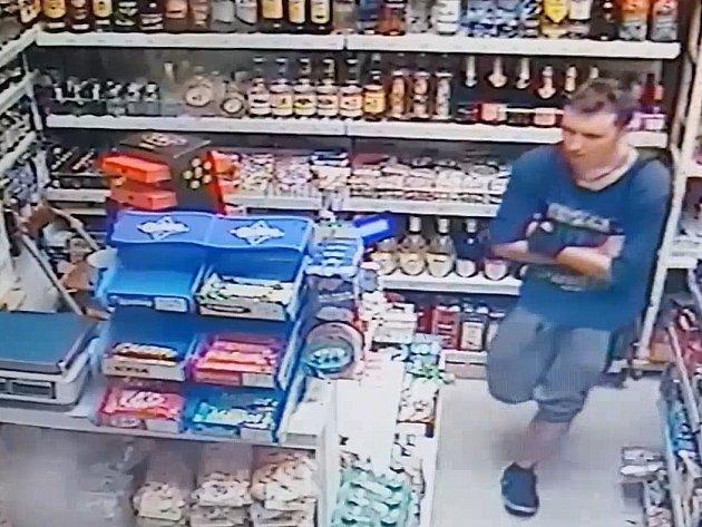 Výtržník napadl staršího muže. Ve večerce ze sebe pak udělal oběť.