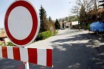 Po březnové nehodě kamionu s naftou je silnice napříč osadou Černý vůl u Horoměřic u Prahy stále neprůjezdná.