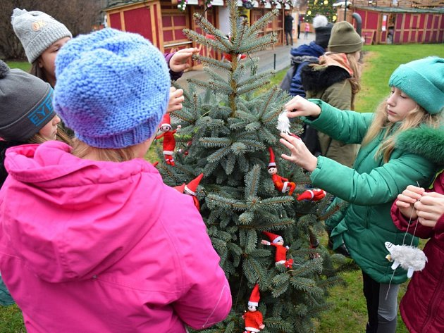 Žáci ze škol z Prahy 2 ozdobily stromky na Mírovém náměstí.