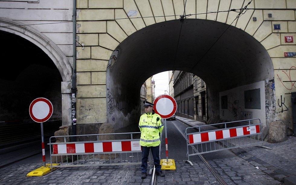 Výstavba protipovodňových bariér u Karlových lázní.