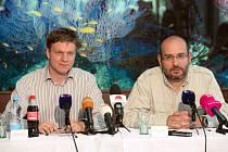 Tomáš Hudeček a Miroslav Bobek na tiskové konferenci k zoo Praha.
