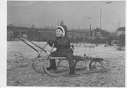 V KORYTECH. Podél ulice V Korytech se táhla louka s terénním zlomem. V létě se tam chodili pouštět draci v zimě sáňkovat a lyžovat. Na fotce je Honza Marek na přelomu let 1969/70. Dnes místem vede Jižní spojka.